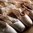 Cómo atarse las cintas en las zapatillas de puntas de ballet
