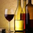 ¿Cómo se presenta el vino y el agua en una cena?